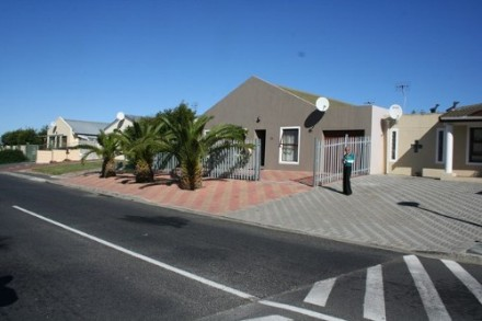 Bothasig Property - Neat 3 bedroomed home entrance hall leading to lounge & diningroom, main en suite, lots of built in cupboards, fitted kitchen, fam...