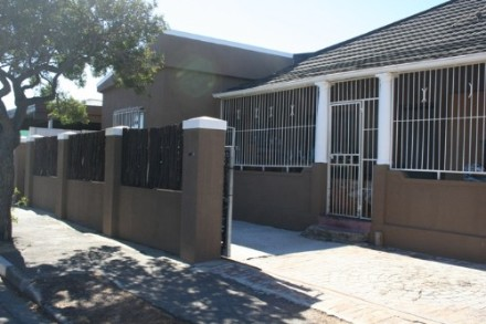 Goodwood Estate Property - THIS HOUSE IS VERY NEGOTIABLE. MY CLIENT WILL LOOK AT OFFER FROM R820 000. This property consist of 3 large bedrooms with a study....