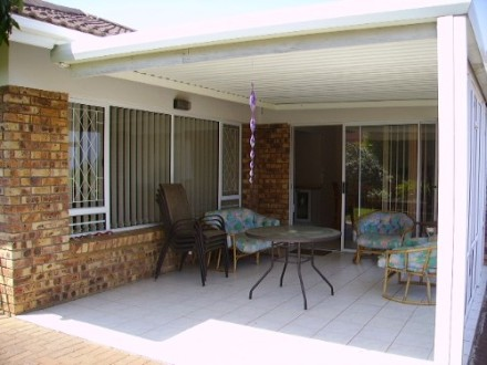 Uvongo Property - This a great opportunity to own a unit close to all amenities at an excellent price. Beautiful spacious unit all level with a doub...