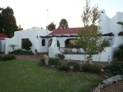 Durbanville Property - Invest in a spacious 6 bedroom family house with huge guesthouse potential, situated close to main routes near central area.
