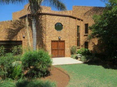 Ruimsig Property - Magnificent house with cottage/second dwelling set on a 10044m2 plot.