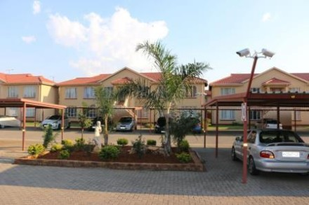 R 560,000 - 2 Bed Property For Sale in Lakefield