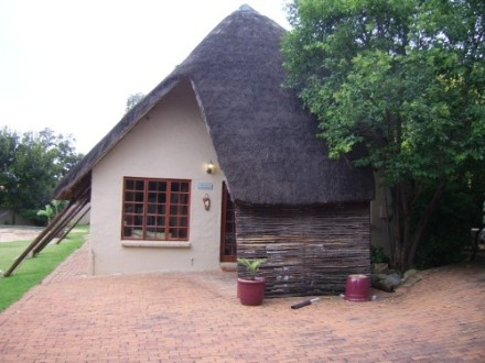 Sundowner Property - Character filled Thatch home walking distance to Aurora School.  3 Bedrooms.  Master bedroom upstairs.  Two bathrooms.  Main-en-su...