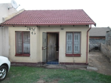Ebony Park Property - Starter home with 2 bedrooms, 1 bathroom, lounge, kitchen, 4 sides walled.