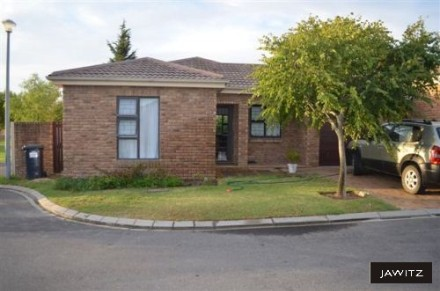Sonstraal Heights Property - This Facebrick townhouse is situated in a small secure complex. Consists of 3 bedrooms & 2 bathrooms. Open plan kitchen & family r...