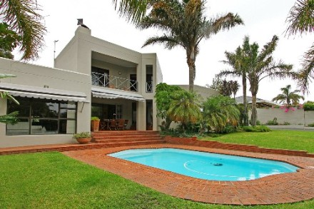 Everglen Property - The suburb of Everglen, Durbanville, is one of the prestigious suburbs of the Northern suburbs. Entering this plot of 1064 with an...
