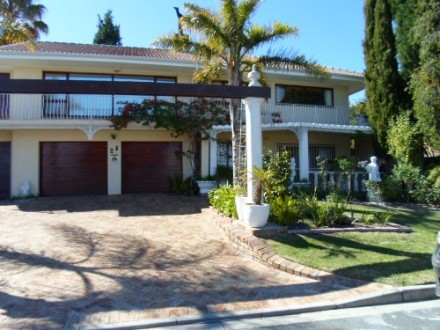 Protea Heights Property - Positioned up in Protea Heights. 3 Bedrooms, 2 bathrooms, braai room, very big living room, bar area, dining room, family room, ki...
