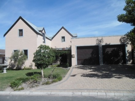 Protea Heights Property - This home offers 2 Large reception areas with extra high double volume ceilings. Lovely open plan farm-style kitchen and scullery,...