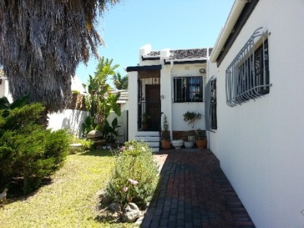 Vredekloof Property - This house offers 3 bedrooms and 2 bathrooms. Has a built in oven and hob fitted in the kitchen, spacious lounge, big entertainmen...