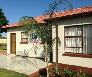 R 480,000 - 2 Bed House For Sale in Lenasia