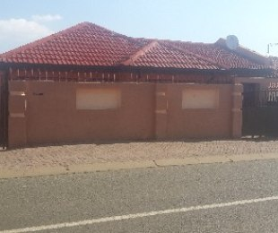R 660,000 - 3 Bed House For Sale in Protea North