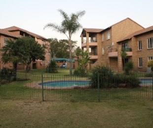 R 760,000 - 2 Bed House For Sale in Die Hoewes