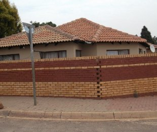 R 620,000 - 3 Bed Home For Sale in Nellmapius