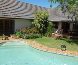 R 3,350,000 - 3 Bed Home For Sale in Bergvliet