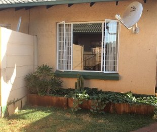 R 525,000 - 1 Bed Flat For Sale in Rooihuiskraal North
