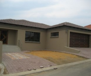 R 1,820,000 - 3 Bed House For Sale in Amberfield Valley