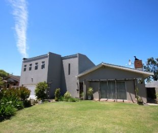 R 2,280,000 - 5 Bed House For Sale in Bracken Heights