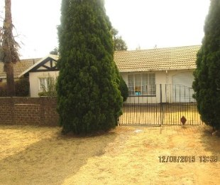 R 748,000 - 4 Bed Home For Sale in Crystal Park