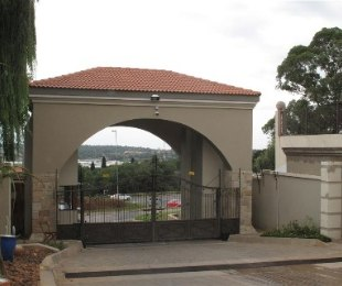 R 2,500,000 - 3 Bed Property For Sale in Constantia Kloof
