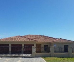 R 2,380,000 - 6 Bed House For Sale in Brackenfell