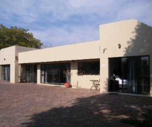 R 2,400,000 - 7 Bed Guest House For Sale in Doorn