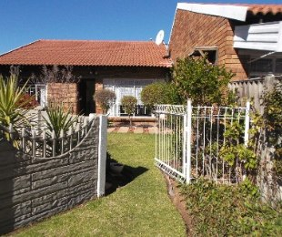 R 525,000 - 2 Bed House For Sale in Dagbreek