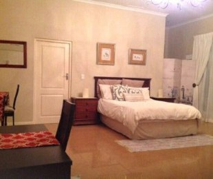 R 10,500 - 1 Bed Guest House To Let in Constantia