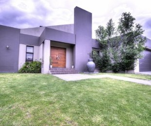 R 3,250,000 - 4 Bed Property For Sale in Nuwe Uitsig