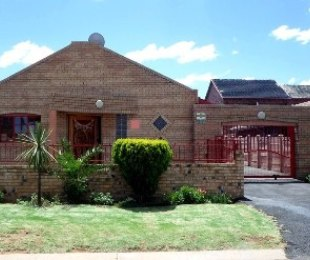 R 979,000 - 3 Bed House For Sale in Lenasia South