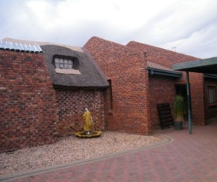 R 985,000 - 5 Bed House For Sale in Riebeeckstad