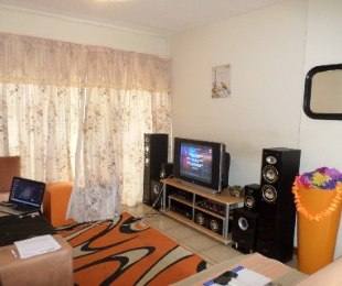 R 410,000 - 1 Bed Flat For Sale in Akasia