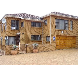 R 2,600,000 - 5 Bed House For Sale in Onrusrivier