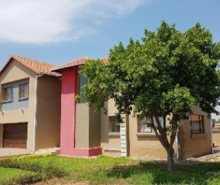R 1,650,000 - 5 Bed House For Sale in Akasia