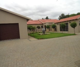R 2,500,000 - 4 Bed House For Sale in Flamingo Park