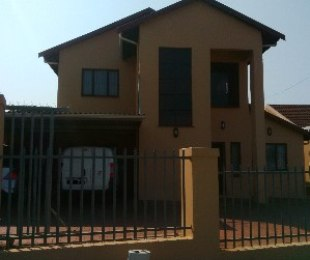 R 1,800,000 - 6 Bed House For Sale in Newlands West