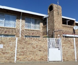 R 460,000 - 2 Bed House For Sale in Dagbreek