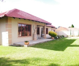 R 990,000 - 4 Bed House For Sale in Dagbreek