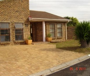R 2,360,000 - 4 Bed Home For Sale in Monte Vista