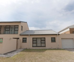 R 1,800,000 - 3 Bed House For Sale in Betty's Bay