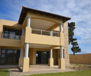 R 2,400,000 - 2 Bed Apartment For Sale in Plettenberg Bay