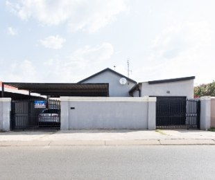R 720,000 - 3 Bed House For Sale in Protea North