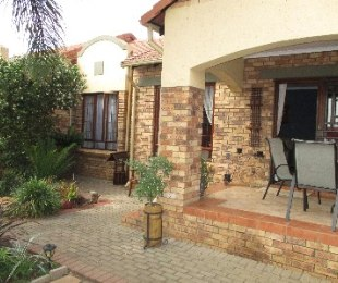 R 995,000 - 2 Bed Property For Sale in Monavoni