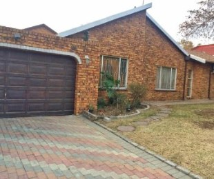 R 1,750,000 - 4 Bed House For Sale in Country View