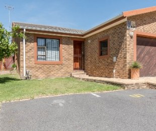 R 1,550,000 - 2 Bed House For Sale in Sonstraal Heights