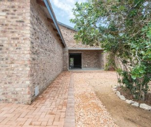 R 1,900,000 - 2 Bed House For Sale in Still Bay