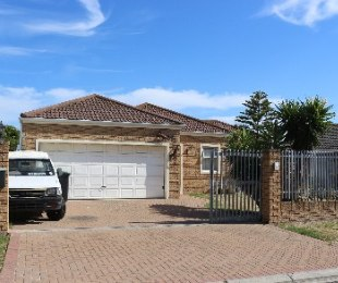 R 1,840,000 - 3 Bed House For Sale in Uitzicht