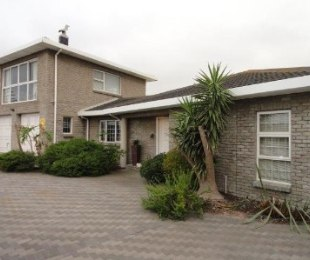 R 4,200,000 - 5 Bed House For Sale in Bloubergrant