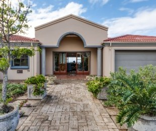 R 4,100,000 - 5 Bed House For Sale in Still Bay