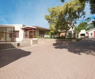 R 4,200,000 - 7 Bed Property For Sale in Mossel Bay Central