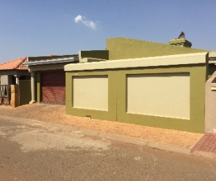 R 699,000 - 2 Bed House For Sale in Protea Glen